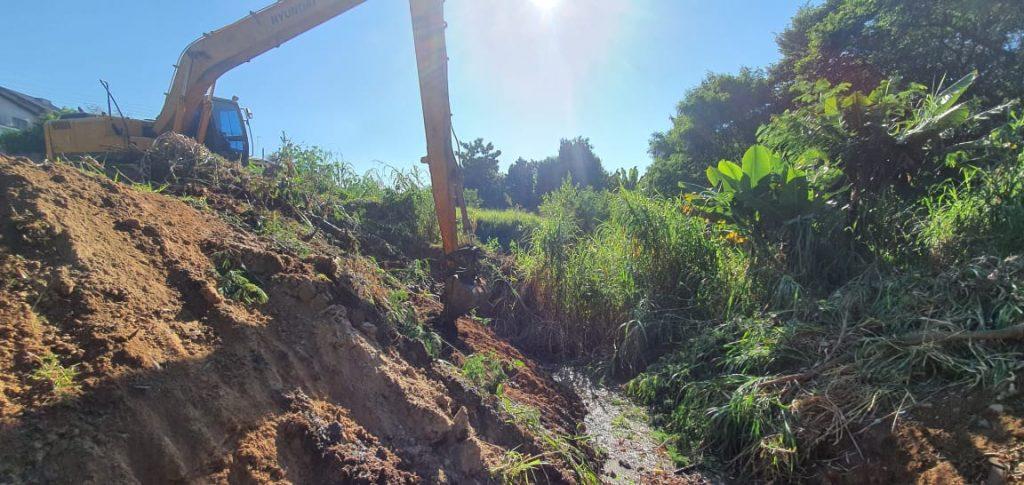 Prefeitura de Sumaré realiza limpeza e vai construir nova passagem no córrego no Jardim Conceição II
