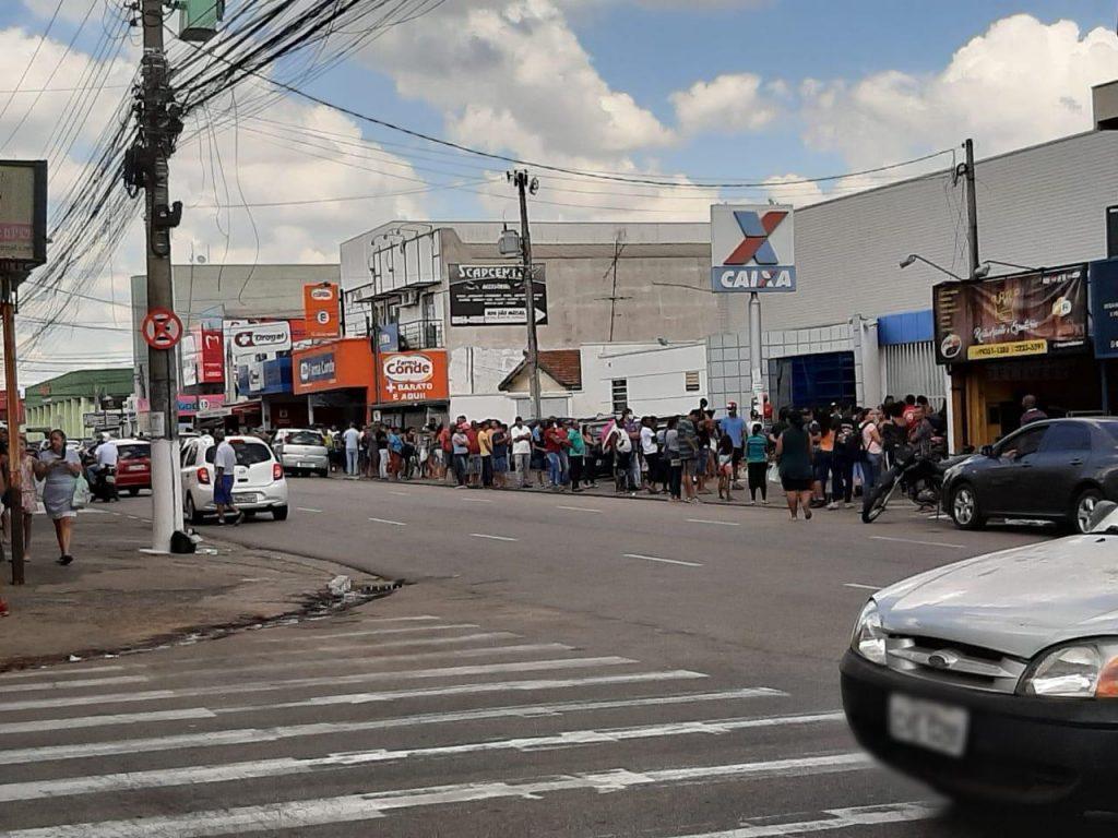 Agência da CAIXA no Bairro Matão têm filas de pessoas em busca do auxílio emergencial de R$ 600