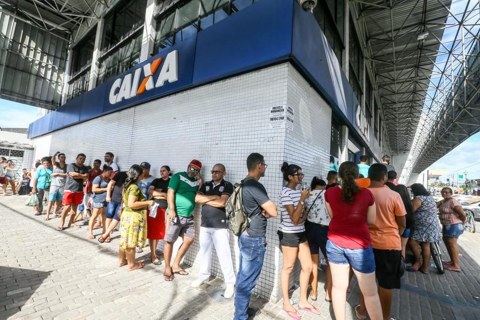 Ministro Onyx diz que filas da Caixa ocorrem por causa da 'natureza' dos brasileiros