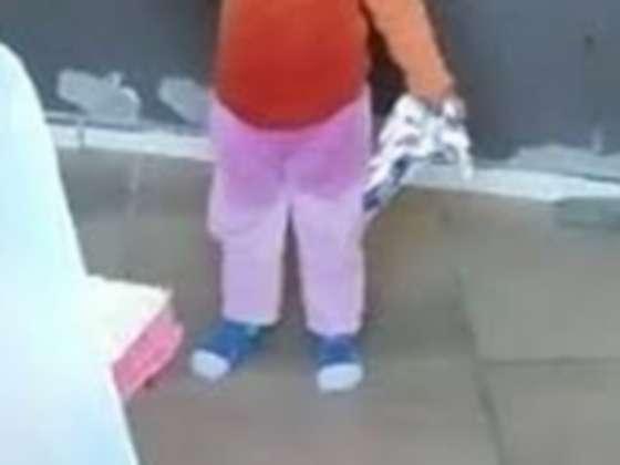 Trancou a criança de 4 anos em casa e saiu pra beber