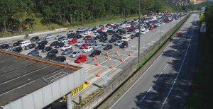 Mais de 200 mil veículos passaram pelas rodovias com destino ao litoral. Praias lotadas desde sexta-feira
