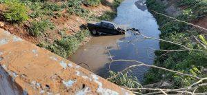VÍDEO: Caminhonete cai dentro do Ribeirão Quilombo no Bairro Matão Sumaré