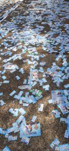 Panfletos de candidatos lotaram ruas e calçadas de vários locais de votação de Sumaré, neste domingo (15), primeiro turno das eleições municipais.