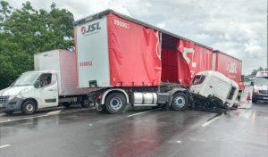 Novo acidente com carreta interdita faixas da Rodovia Anhanguera em Americana