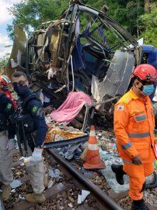 Ônibus irregular cai de viaduto em MG e deixa 17 mortos  e mais de 20 estão feridas