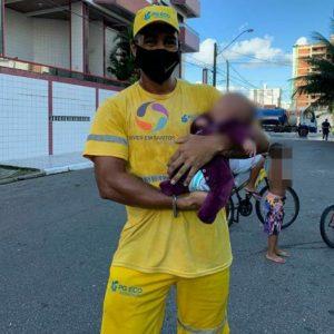 Gari salva vida de bebê que engasgou em Praia Grande e vira herói