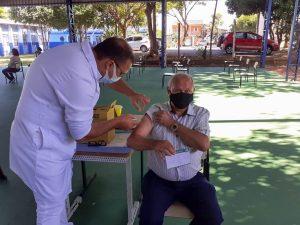 Tião Correa é vacinado contra a covid-19, em escola da região do Matão