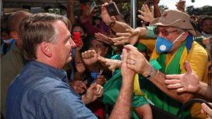 Bolsonaro é multado por causar aglomeração e não usar máscara no Maranhão